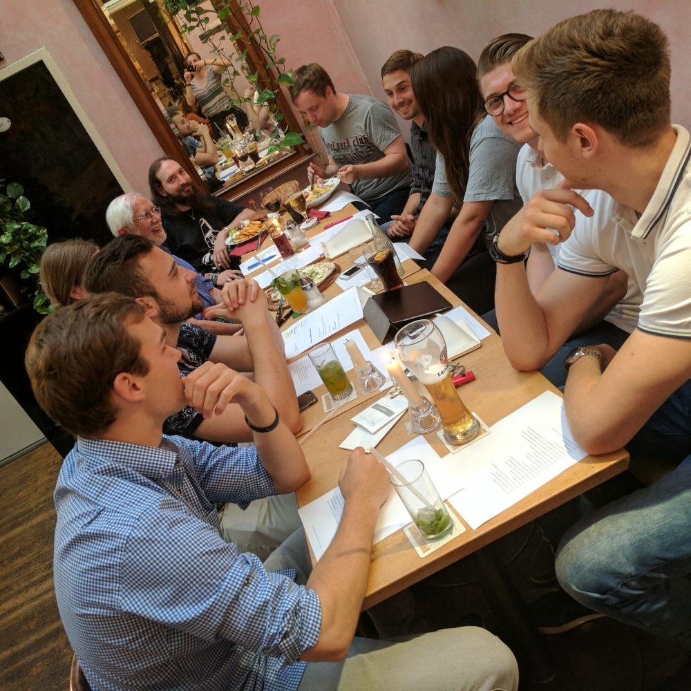 Lachende LHG Mitglieder bei einer Veranstaltung in Wuppertal
